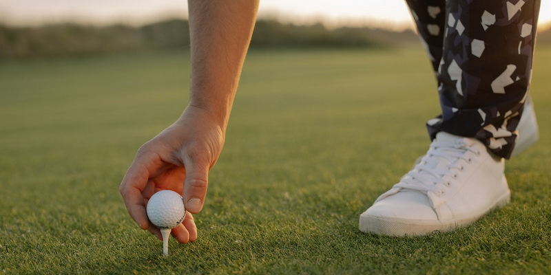 A golf ball in a players hand basic rules for (in) golf for beginners